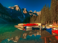 Canoes on Lake Moraine, edwademd [CC BY 2.0, flickr]