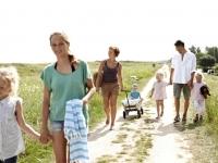 Familie auf dem Weg zum Strand, Foto: VisitDenmark