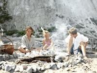 Familie backt Brot über offenen Feuer am Strand, Foto: VisitDenmark