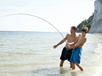 Vater und Sohn angeln am Strand, Foto: VisitDenmark
