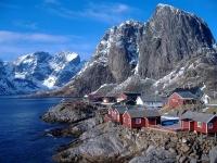 Fischerhütten vor Traumkulisse auf den Lofoten [Foto: Andrea Giubelli - Visitnorway.com]