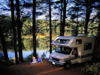Natürlicher Rastplatz mit dem Camper im Algonquin Provincal Park, Foto: Ontario Tourism Marketing Partnership Corporation
