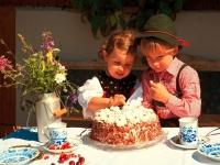 Trachtenkinder mit Kirschtorte, Foto: Ralf Greiner/Tourist-Information Todtmoos