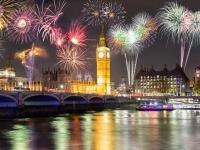 Feuerwerk über dem Big Ben und Westminster Brücke in London, moofushi
