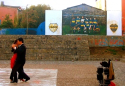 Tango Argentino  (Bild: Tango dancers, watched by the Boca Juniors, Brian Allen, CC BY)