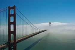 Wolken über der berühmten Golden Gate Bridge in San Francisco  (Bild: clouds, Camille King, CC BY-SA)