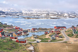 (Bild: Village of Tasiilaq; View from Hotel Angmagsallik, Christine Zenino, CC BY)