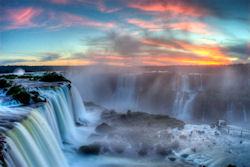 Argentinien-Urlaub  (Bild: Sunset over Iguazu, SF Brit, CC BY)
