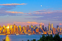 Blick über New York  (Bild: Day183 New York at sunset & moon rise, serenitbee, CC BY-SA)